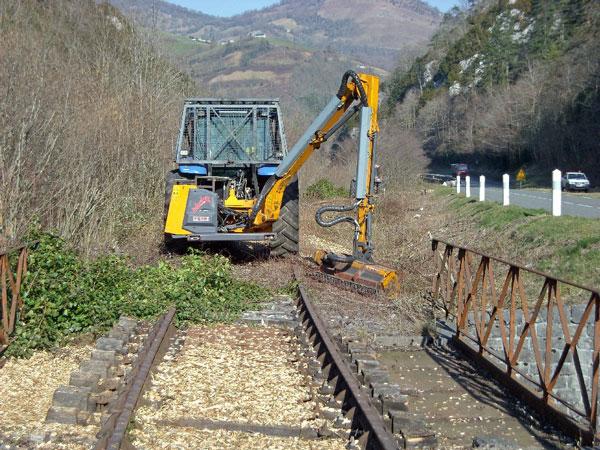 Máquina limpiando la vía en el Valle del Aspe