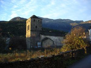 Iglesia de Borrastre. Al fondo Peña Cancias