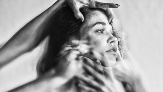 PirraSmith - como duele estar enferma mujer con manos en la cara
