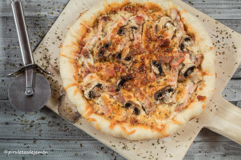 Pizza de champiñones y lomo adobado