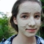 顔に白いパックを塗った若い女の子