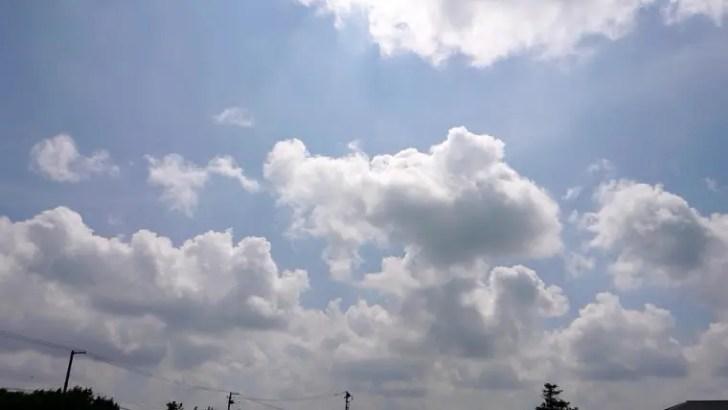 真白な雲と青い空