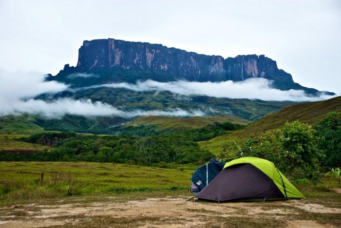Primeira noite, acampamento rio Tek. Céu encoberto de nuvens anunciando o temporal que viria no meio da madrugada.
