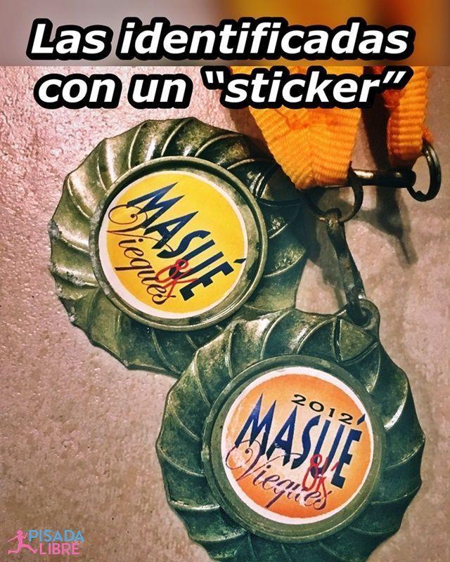 """Medalla identificada con un """"sticker"""""""