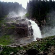 Три ступени падения воды каскада в Зальцбурге