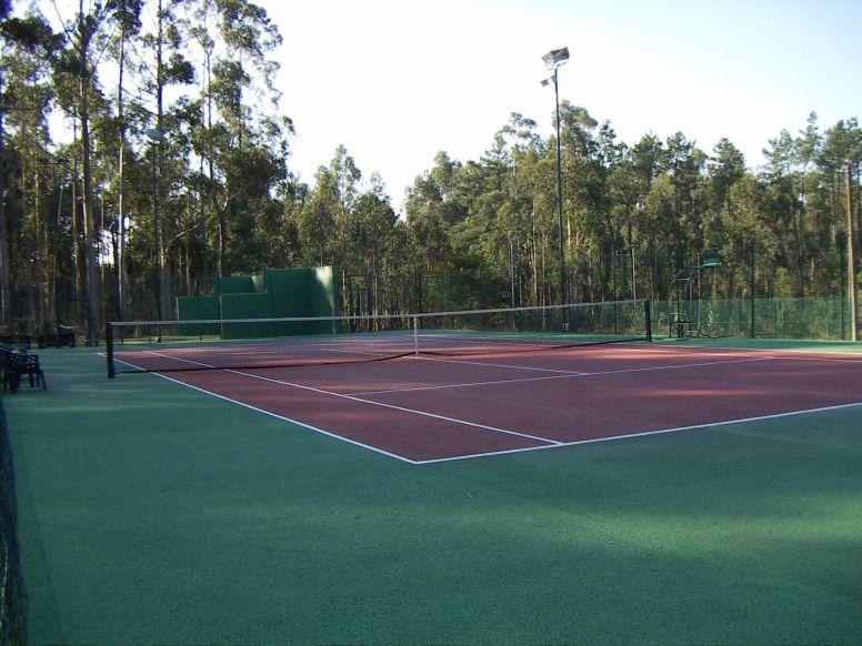 Pista de tenis, pavimento quick, cierre metalico.
