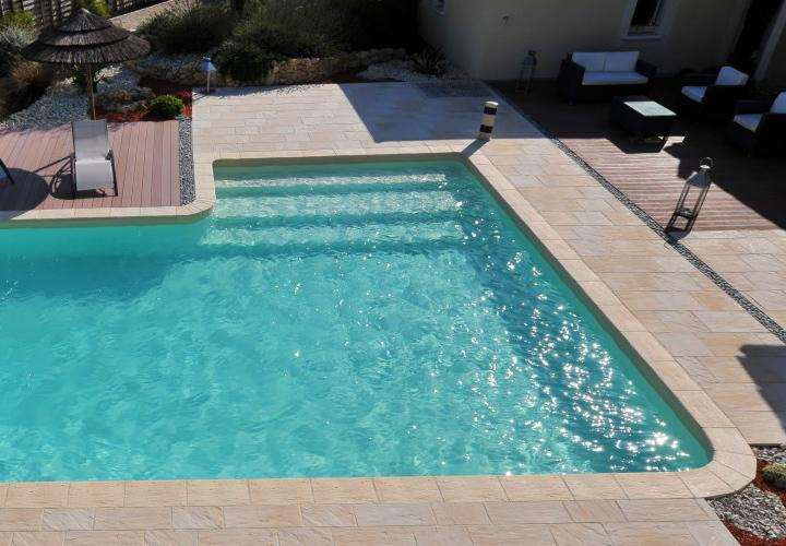 La piscine en L détient un petit bassin pouvant être à seulement 1,06m de profondeur, pour que vos enfants puissent nager en toute sécurité.