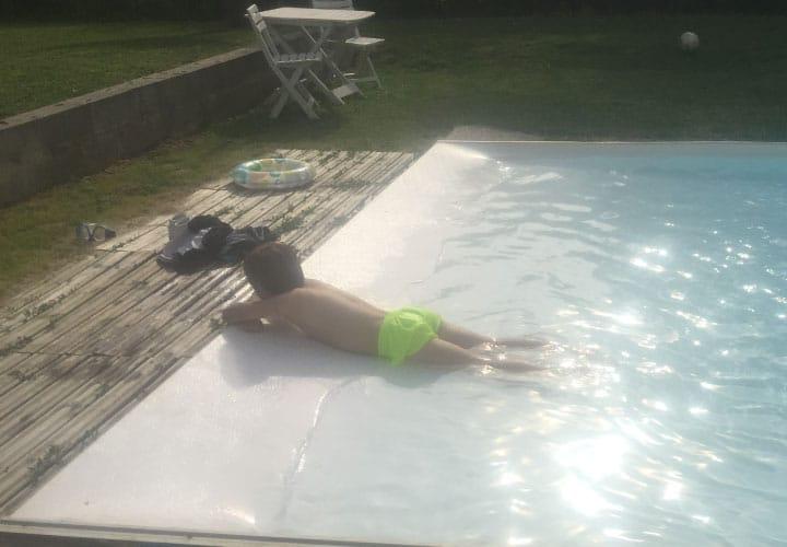 Entrée de piscine pentue comme à la mer avec l'Aquaplage