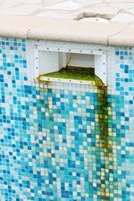 Eliminar algas incrustadas en la piscina