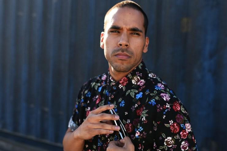 Randy González interpreta a Curly en