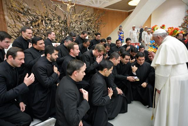 Sacerdotes de joelho diante do papa francisco
