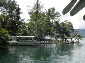 Sebuah kapal bersandar di dermaga penginapan di Pulau Samosir