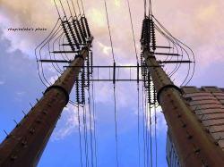 Tiang-tiang listrik yang berdiri kokoh