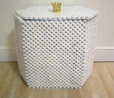 Baú de tampinhas. Esse é da Andreia Ponzo, uma artista da reciclagem, para saber mais http://arte-tude.tumblr.com/