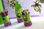 Porta-lápis decorados com motivos infantis.