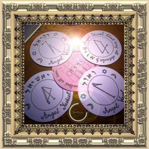 Dies ist das 1. Pentakel des Mondes. Es kann in 5 Scheiben unterteilt werden, um in Zaubersprüchen mit Puppen und anderen Zauberobjekten verwendet zu werden.