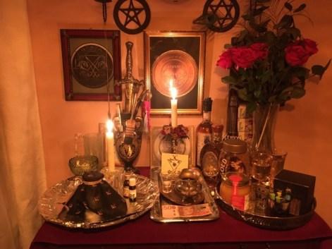 Это ритуал с демоном Сабноком из Гоетии. Я плачу Сабноку наличными.