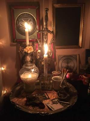 Это некромантский ритуал с демоном Бюном из Гоетии.