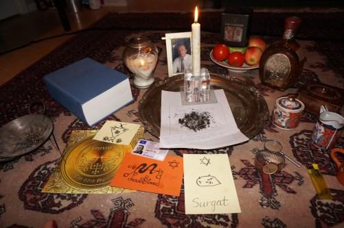 Jag använder den döda advokatens personliga föremål: hans personliga lagbok, foto, ett slipsmärke, armbandsur, körkort och även jord från hans grav.
