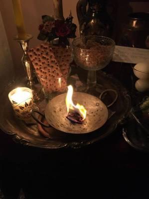 私は小さな金属鍋で請願書を燃やします。そのような鍋はインドで料理に使われています。