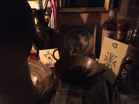 これは、Goetiaの悪魔Murmurとの降霊術の儀式です。請願灰は金属製の鍋に入っています。