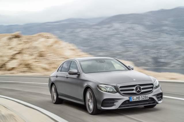 Mercedes Clase E AMG Line de color gris en acción sobre carretera de montaña