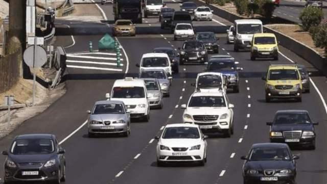 Salida en masa de coches en una autopista