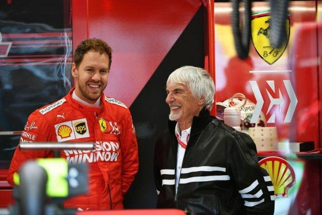 Ferrari y sus cinco opciones en 2021 Vettel y Ecclestone charlan en el box de Ferrari