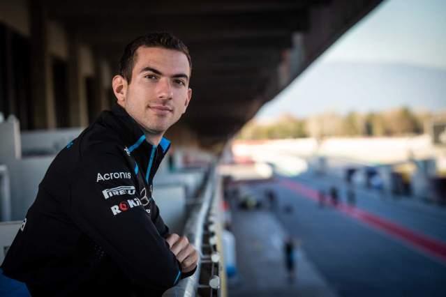 Latifi observando desde un pis box en el Circuit de Catalunya