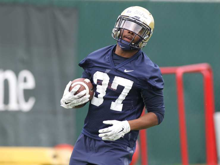 Qudree Ollison takes the ball during the first practice of the season (Photo credit: David Hague)
