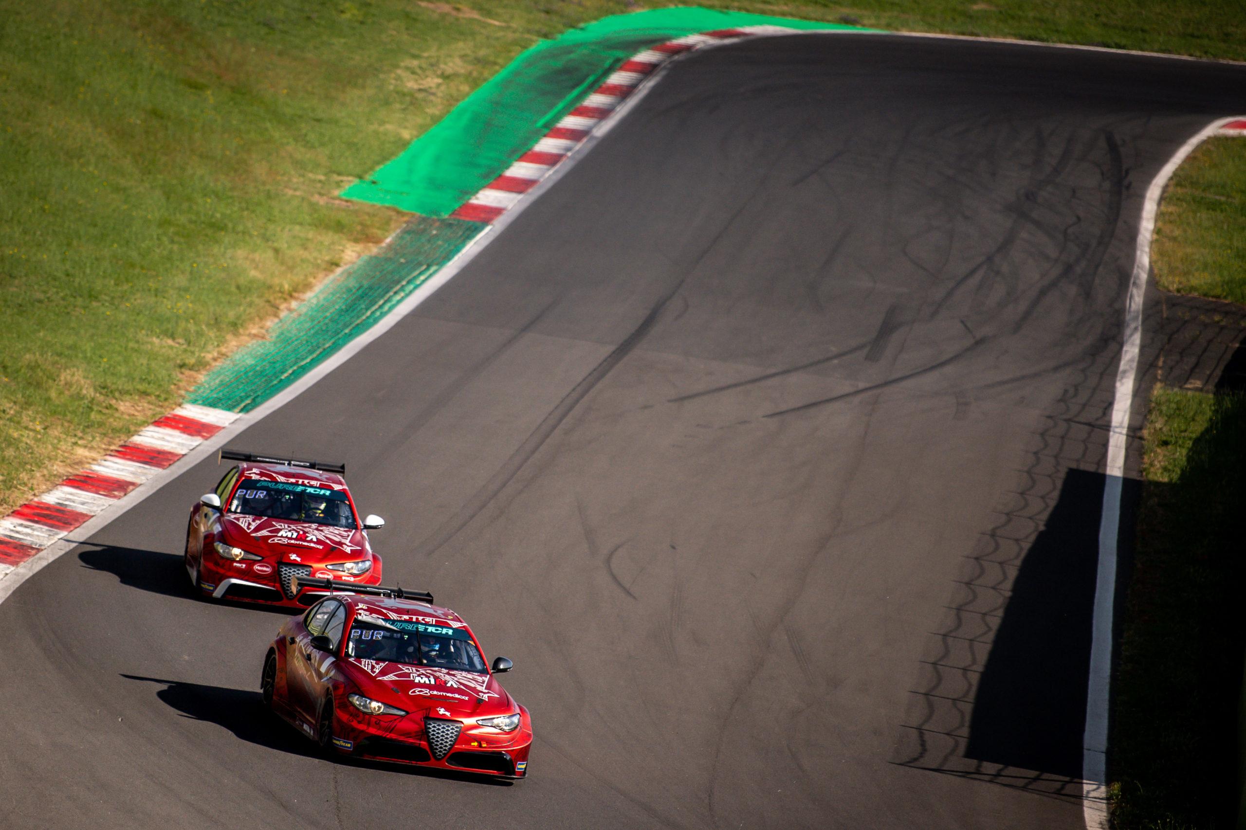 Los Romeos Ferraris ensayando en la pista de Vallelunga durante los libres de hoy