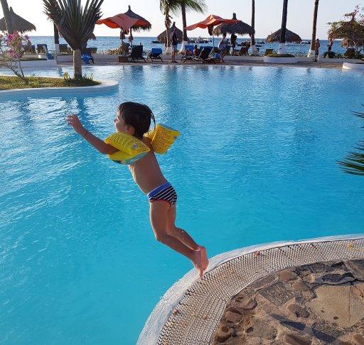 cri in piscina andilana beach resort