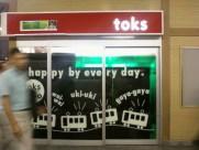 der kiosk toks inmitten glücklicher loks
