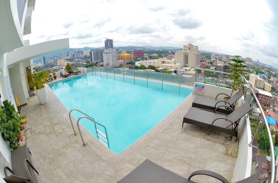 Highrise Room With Infinity Pool Near Ayala Cebu Hotels