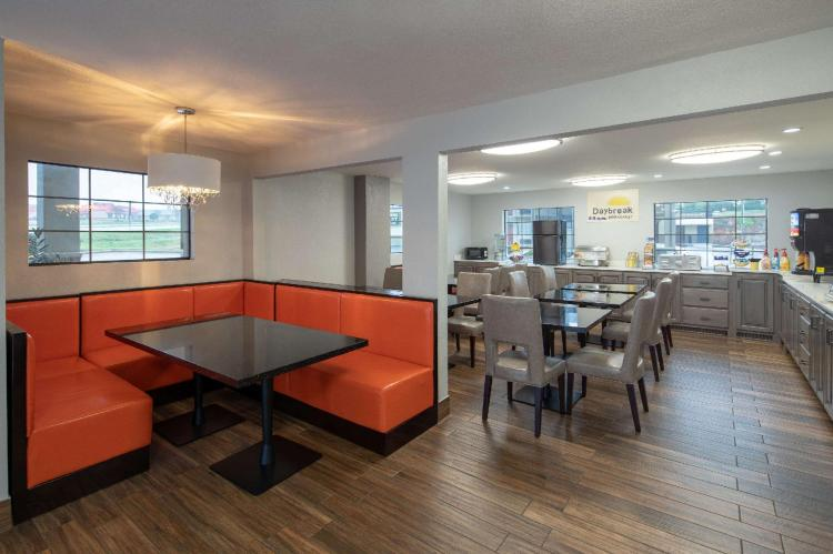 Days Inn & Suites by Wyndham Athens Alabama
