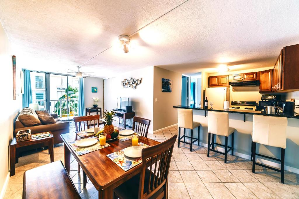 Best Price on 2 Bedroom Condo in the Waikiki Lanais in