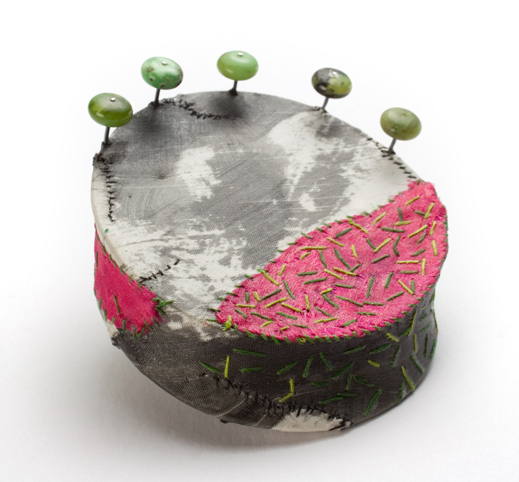 "Myung Urso - ""Korea"" (2008). Brooch. Silk, thread, oriental ink, lacquer, chrysophrase, sterling silver."