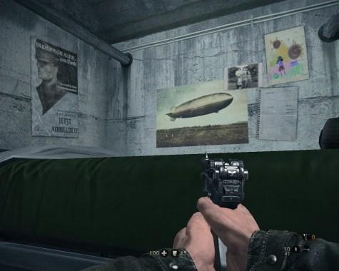 Auch virtuelle Feinde haben Familie, wie hier anhand des Familienfotos und des Kinderbildes zu sehen ist.