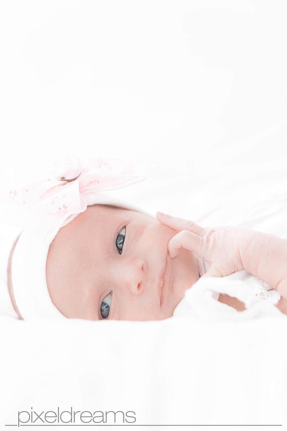 baby-zwilling-wach-blaue-augen-rosa-soft-pastellfarbe-sauerland-mk-maerkischerkreis
