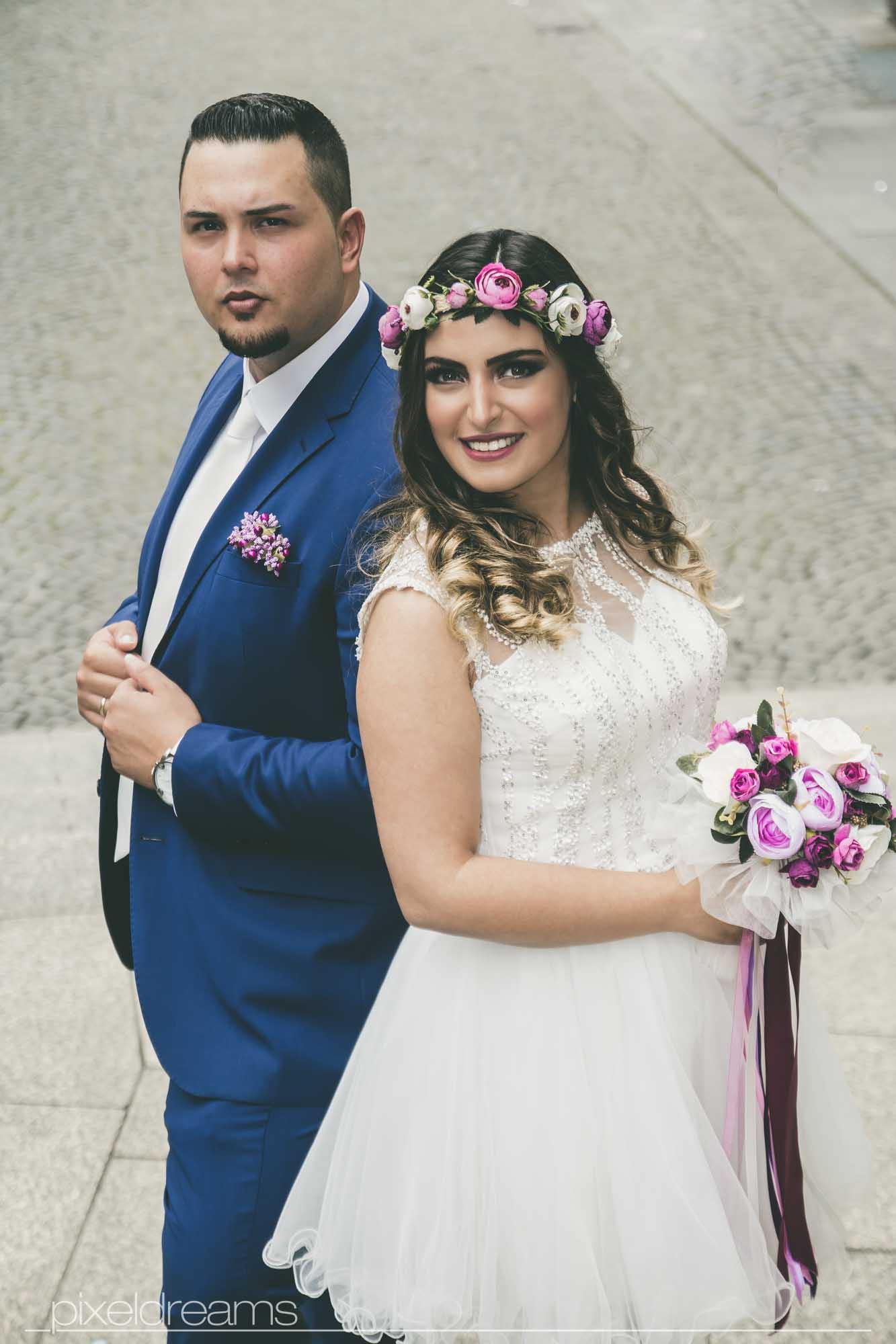 braut und bräutigam - coole pose mit brautstrauss