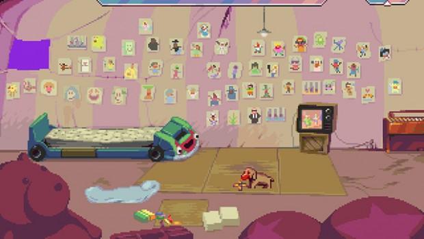 La stanza di Dropsy con la parete ricoperta dai ritratti colorati delle persone abbracciate, un letto per bambini a forma di auto da cartone animato, una tv, il cane sul tappeto. In primissimo piano un orso bruno di peluche.
