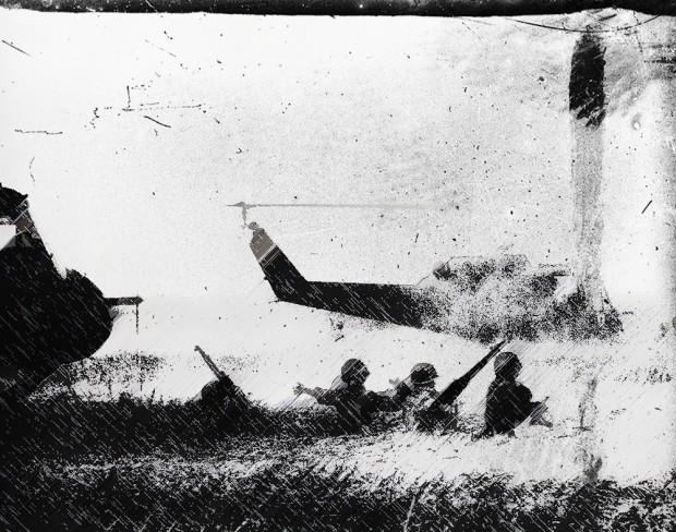 Sotto una pioggia di proiettili nemici, la squadra tenta di allontanarsi dall'elicottero per raggiungere un riparo tra gli alberi. Il sergente Smith li incita creando un vantaggio e tirando su Disciplina.