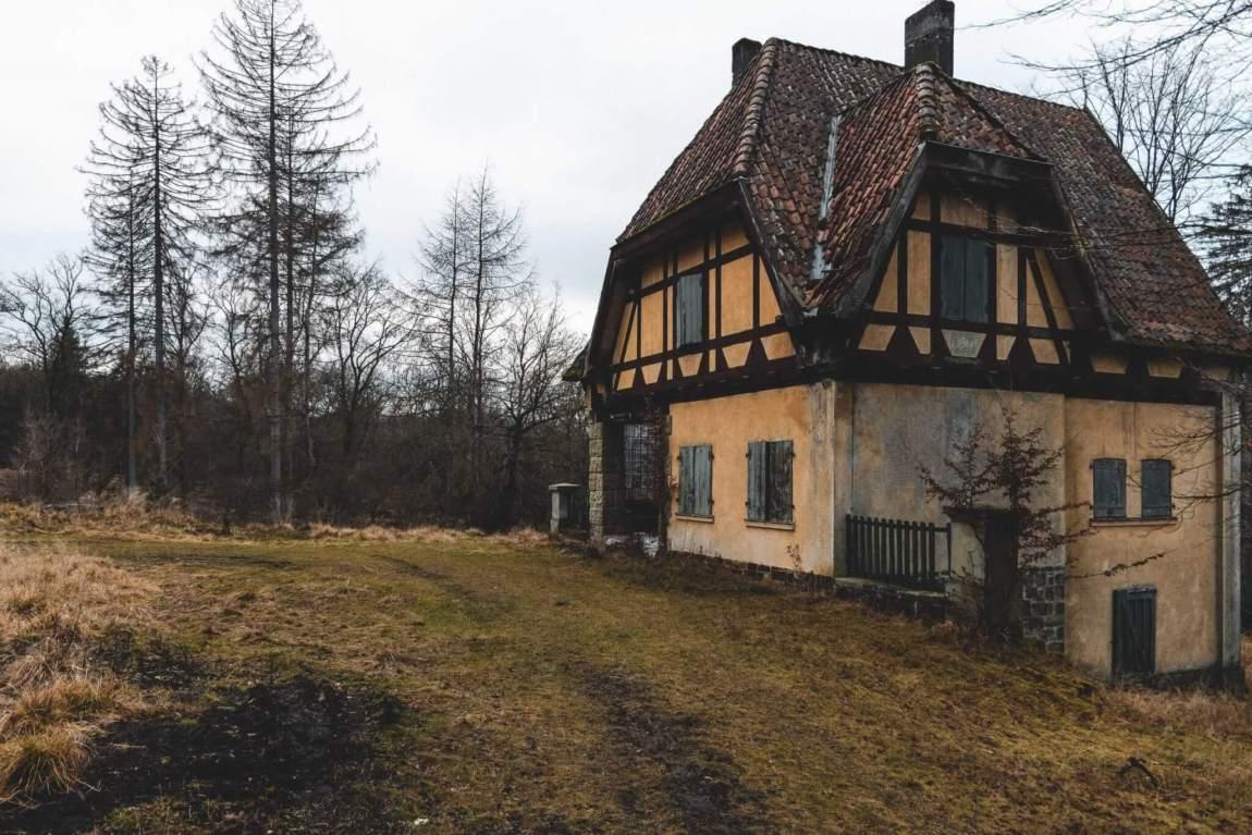Vergessenes Jagdschloss im Wald
