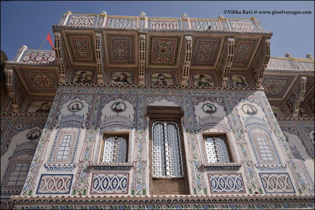 A Shekhawati haveli in Fatehpur features typical windows and a balcony