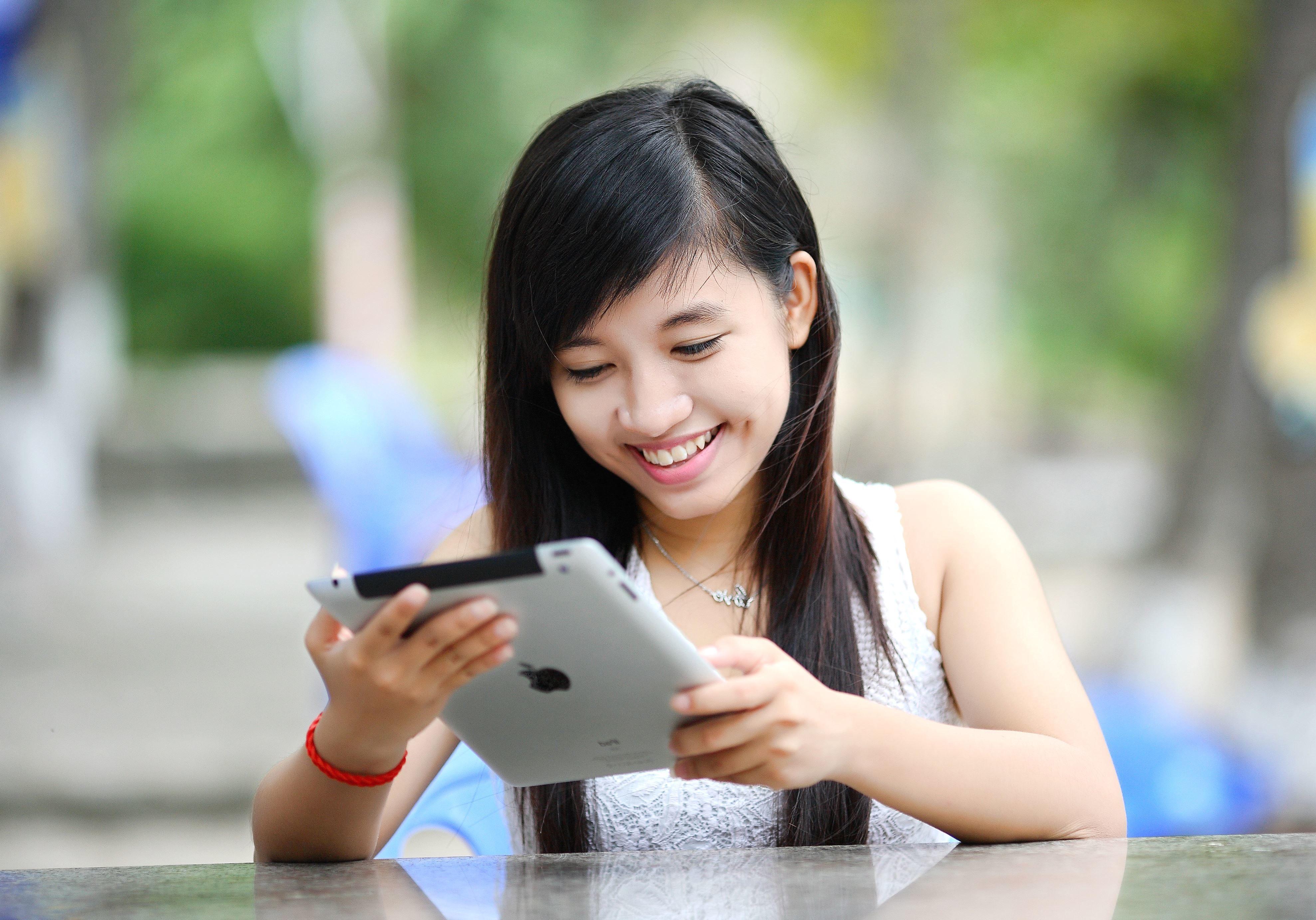 Imagen gratis tableta tecnologa mujer joven
