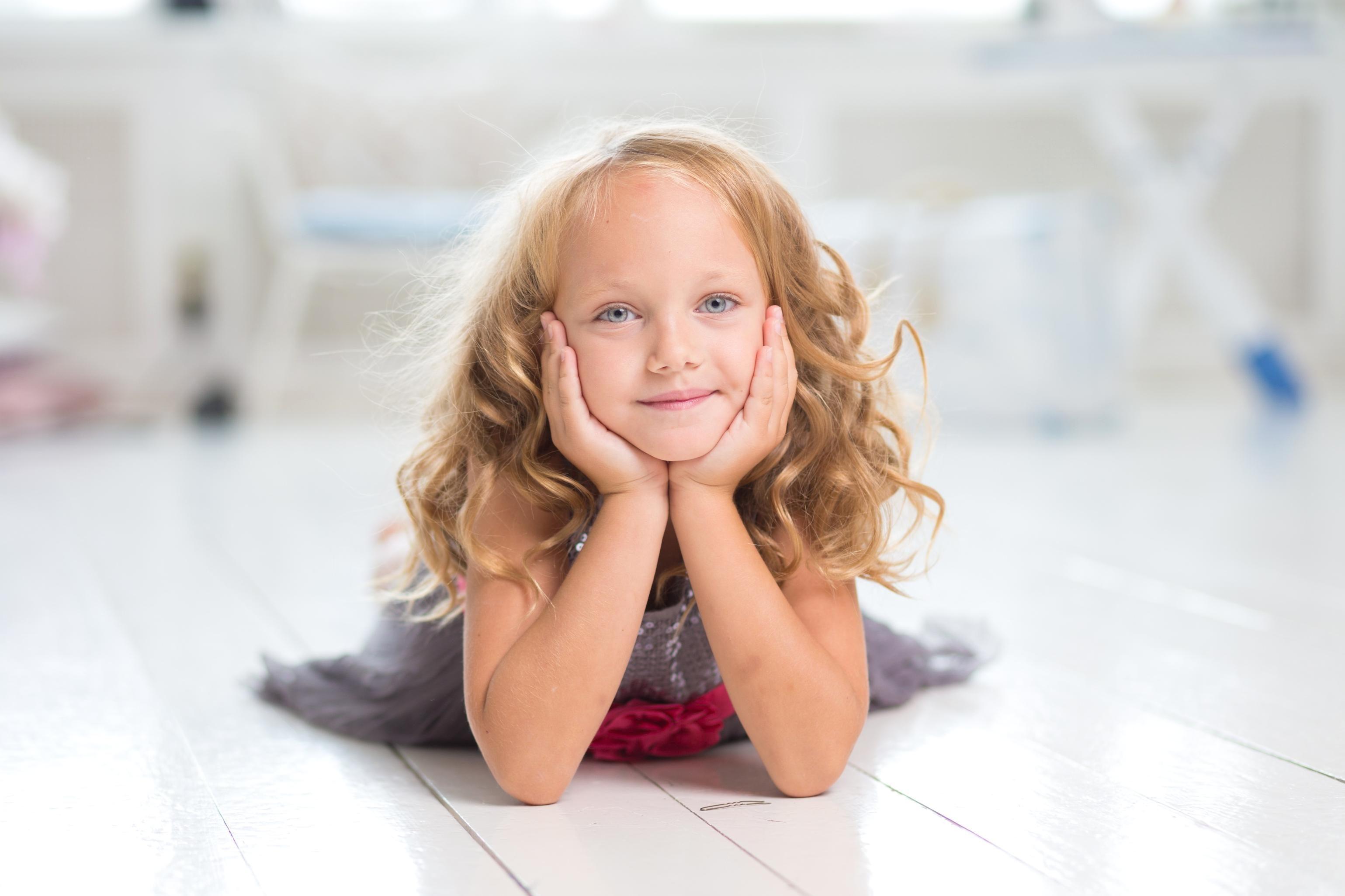 Image libre enfant portrait cheveux blonds mode innocence Dame maquillage heureux attrayant