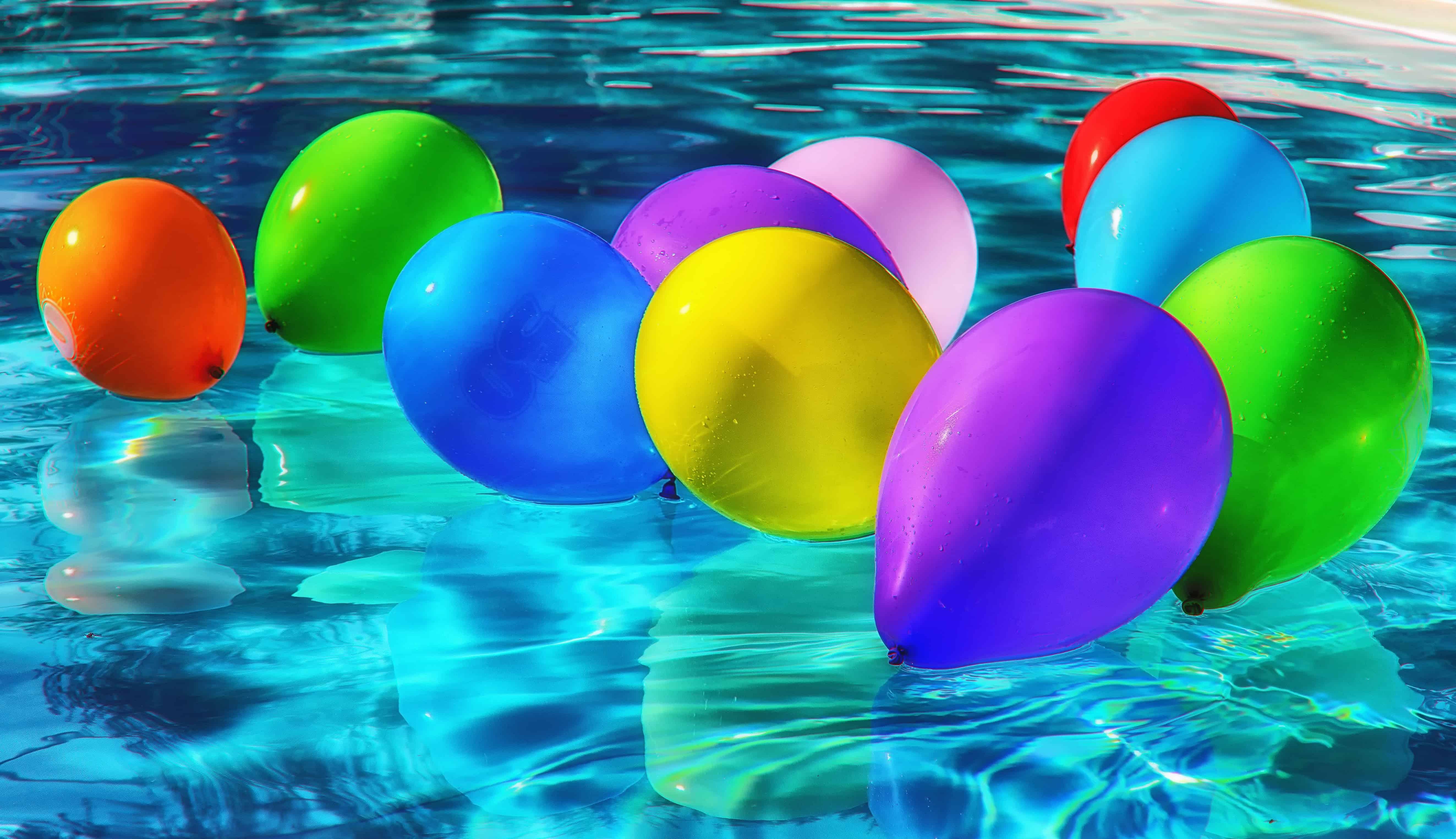 Kostenlose Bild Schwimmbad bunt Ballon Wasser Reflexion Sommer nass