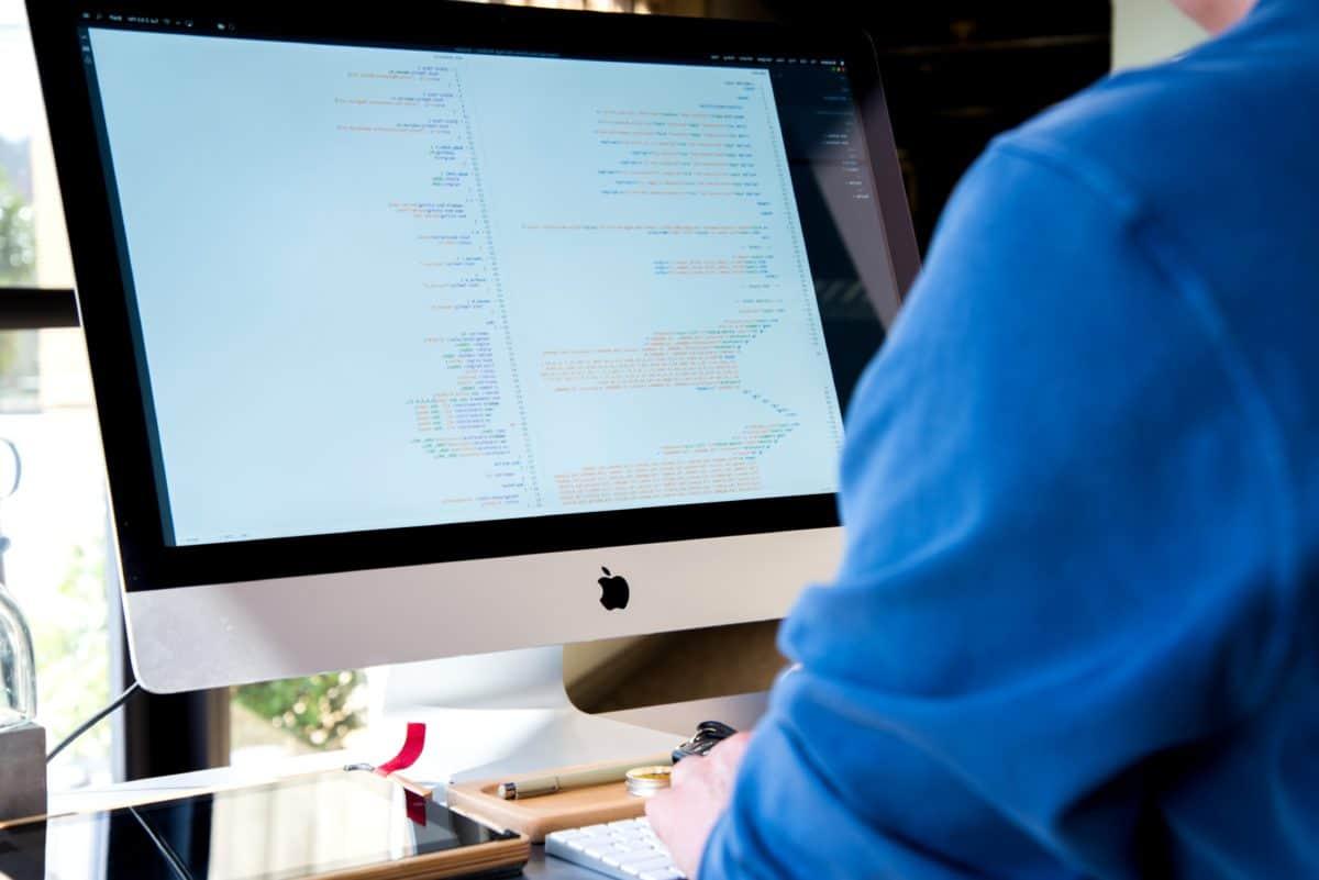 Gambar gratis programmer komputer pemasaran media