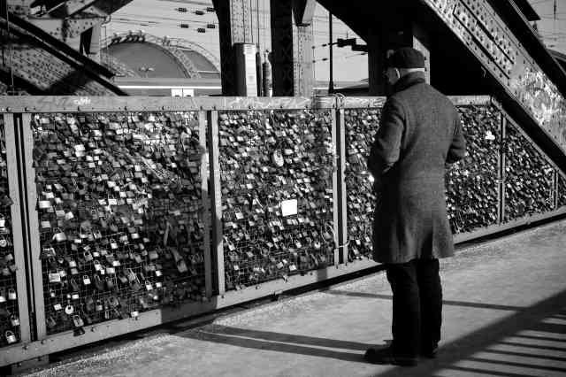 Foto gratis: nostalgia, retrò, persone, Via, bianco e nero, uomo, ferrovia,  donna