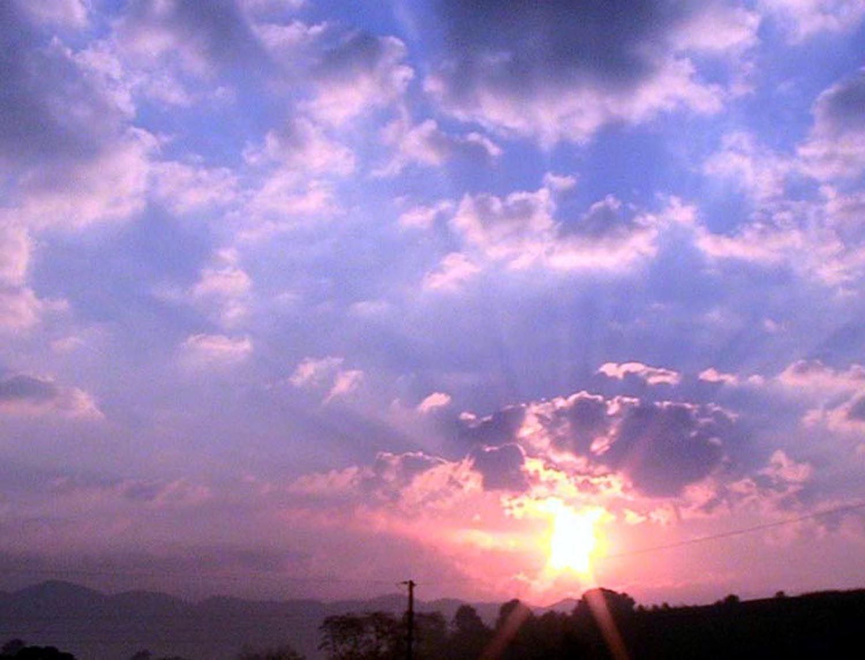 Foto gratis alba montagna viola cielo nuvole